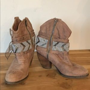 Insanely cute cowgirl booties size 6